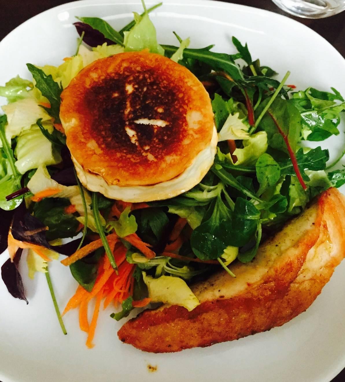 Ziegenkäse und Putenbrust gebraten in Honig und Rosmarin auf Blattsalaten